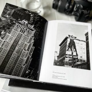 Этот кадр из книги Питера Линдберга «On Fashion Photography» входит в серию нью-йоркских снимков «Sheer Nights», которые Линдберг сделал для Harper's Bazaar US в 1992 году.   Здесь Линда Евангелиста совершенно невозмутимо позирует на дорожном знаке в Chanel Haute Couture by Karl Lagerfeld. А на последующих — парит в воздухе, флиртуя с Хью Грантом.   «Благодаря творчеству мы рождаемся заново, по-настоящему познаём себя и мир вокруг. Потом наши работы становятся частью нас самих. Вопрос лишь в том, как далеко мы готовы зайти,» — сказал Питер 💬  Наблюдая эту монохромную сказку, с первого взгляда отдаёшься сюжету, не задумываясь, что за этой манящей картинкой стоят десятки часов работы. Ты взлетаешь над небоскребами Нью-Йорка вместе с Линдой, нетерпеливо теребишь в руках ожерелье, предвкушая очередной прыжок в неизвестность. И это прекрасно 🤍  #DivAmor #DivAmorNetua #monochrome #bw #blackandwhitephotography #blackandwhite #photography #peterlindbergh #lindaevangelista #newyork #nyc #book #fashion #fashionphotography #style #supermodel #newyorker #newyorkcity #art #inspiration #фотография #питерлиндберг #искусство #монохром #вдохновение #ньюйорк