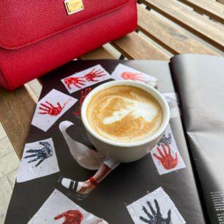 Ох, так пятница же сегодня! 😆☝🏻♥️ #fridaymood   Угадаете, какого цвета у меня сегодня помада..? 💄 #непрозрачныйнамек   #YuliyaKozda #ЮлияКозда #friday #terrace #rainyday #sunnymood #spring #springtime #april #coffee #rain #mood #capuccino #view #redlipsmood #redlips #redbag #inspiration #coffeetime #coffeelover #кофе #терраса #дождь #апрель #весна #пятница