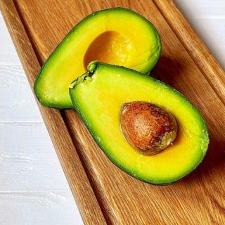 Не представляю сейчас наш завтра без авокадо 🥑🥚☕️ Сколько вкуснейших вариаций и какой яркий цвет, заряжающий энергией на целый день!   Я люблю авокадо, порезанный слайсами на поджаренном хлебце и посыпанный тертым пармезаном и семенами льна.   Хочу попробовать приготовить кисломолочный соус ранч из аво с гладкой и нежной текстурой. И, учитывая что я обожаю пармезан: пикантный кремовый дип, являющийся по сути родственником гуакамоле. Пармезан здесь выступает «секретной» заменой мексиканского сыра ☝🏻🧀  А без какого ингредиента вы не представляете свой любимый завтрак? 🍳  #YuliyaKozda #ЮлияКозда #breakfast #breakfasttime #bonappetit #avocado #breakfastideas #focus #avocadolover #avocadotoast #food #foodphotography #health #healthyfood #foodie #foodstagram #завтрак #авокадо #ранч #дип #еда #любимыйзавтрак