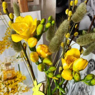 Фрезия до недавнего времени ассоциировалась у меня с цитатой Миранды из «Дьявол носит Prada»: «Если я где-нибудь услышу запах фрезий, я буду очень разочарована!» 💬 И до того она прочно укоренилась в моем сознании, что мне казалось, я нарочито избегаю встречи с этим цветком 😆  И напрасно: в период пасхальных праздников я не могла оторваться от этой желтой тройки. До чего изысканный аромат! Цветочно-древесный, пьянящий, освежающий с деликатной нотой цитрусов и каких-то вкуснейших конфет из детства 🍋  Кстати, благодаря своей изящной форме, тонкому аромату и истории, фрезию нарекли «цветком аристократов» — поначалу она стоила неприлично дорого, и позволить её себе могли только особы из высшего общества. Все дело в том, что в Европе фрезия оказалась в нужный час и попала в нужные руки. И это оказались руки королевских селекционеров 👑  Что ж, мое сердце она покорила — время пополнять парфюмерные коллекции с этой, бесспорно, головокружительной нотой 🎵:  🟡 Jo Malone English Pear & Freesia 🟡 Maison Martin Margiela Replica Flower Market 🟡 Diptyque Ofresia 🟡 Byredo Inflorescence 🟡 Christian Dior Les Creations de Monsieur Dior Forever and Ever  Всем ароматного утра! 🌼  #YuliyaKozda #ЮлияКозда #goodmorning #freesia #flowers #flower #flowerstagram #flowerslovers #flowerpower #aromatherapy #yellow #yellowaesthetic #aesthetic #harmony #beauty #bloom #blooming #perfume #inspiration #цветы #фрезия #история #аромат #цветок #парфюм