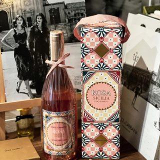 «Мы итальянцы, любим есть и пить хорошее вино, такое как Rosa, родившееся в результате нашего сотрудничества с Donnafugata. Для нас это все равно, что ощущать запахи нашей земли, увидеть ее цвета и почувствовать ее атмосферу», — так Доменико Дольче и Стефано Габбана представляют второй винтаж — изысканное розе Donnafugata Dolce & Gabbana Rosa 2020 🍷  🍷 Бренд стал партнером одной из ведущих винодельческих компаний Сицилии Donnafugata, которая более 150 лет производит вина, известные далеко за пределами Италии.  🍷 С итальянского языка название винного хозяйства Donnafugata переводится как «сбежавшая женщина». Существует легенда о том, как из-за политической вражды королева Мария Каролина Австрийская бежала из Неаполя и нашла свое пристанище в городке в долине Санта-Маргерита-ди-Беличе. В дань уважения о таком красивом предании на многих этикетках изображается голова женщины с развевающимися по ветру волосами.  🍷 Вино Donnafugata Dolce & Gabbana Rosa 2020 создано из оригинальных и наиболее важных автохтонных лоз Сицилии: Nerello Mascalese и Nocera, выращенных и собранных вручную на северных склонах горы Этна и на холмах графства Энтеллина, что недалеко от Палермо. При этом «нерелло маскалезе» добавляет минеральности, а «ночера» отвечает за красные и косточковые фрукты.  🍷 Rosa обещает вскружить голову изысканным розовым оттенком и фруктово-цветочным букетом: ноты жасмина с нежными оттенками земляники, персика и бергамота.  🍷 Как раз скоро для откупорки этой красавицы у нас будет особый повод!   @donnafugatawine  @dolcegabbana   ♥️  #YuliyaKozda #ЮлияКозда #wine #winetasting #winetasting #winetime #dg #donnafugata #donnafugatawine #dolcegabbana #dolcegabbanawine #rosa #donnafugatarosa #nerellomascalese #nocera #italy #palermo #sicily #aesthetic #вино #розе #италия #палермо #сицилия #этна #нерелломаскалезе #ночера