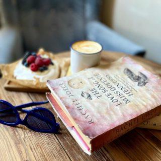И почему же, подумалось мне, эта воздушно-бомбическая Павлова в @cholla.joshua только по выходным?! 🤦🏼♀️🍰🍓  Всем продуктивного дня и, в связи с аномальной жарой, каплю терпения: завтра же гроза нас немного освежит? 🌂  #YuliyaKozda #ЮлияКозда #goodmorning #haveaniceday #morning #essentials #coffee #coffeetime #coffeelover #cappuccino #pavlova #pavlovacake #book #desserts #dessert #dessertphotography #summertime #summer #доброеутро #лето #утро #кофе #павлова #наслаждение