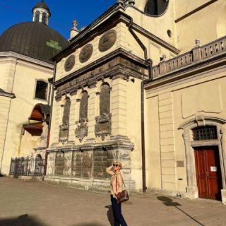 Уверенно шагаем в пятницу навстречу уикенду! 💛  #YuliyaKozda #ЮлияКозда #lviv #lvivcity #lvivgram #lvivphoto #cityphotography #citycenter #summertime #sunshine #oldcity #oodt #ukraine #trip #travel #traveling #walk #walking #architecture #history #inspiration #львов #архитектура #история #украина #путешествие