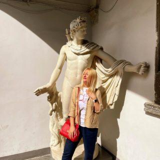 Сьогодні гуляли містом з батьками. Довго та натхненно. Як ми скучили за ними! ♥️ Вкотре зайшли у затишний Італійський дворик, як же тут неймовірно…  Палац був зведений у 1580 році, а його авторами стали італійські архітектори Петро з Барбоне і Павло Римлянин. До речі, єдиний будинок зі схожим двориком був побудований тільки через 300 років. І ций царський маєток — Лівадійський палац в Криму — він мене якось вразив у саме серце ♥️  Ну і власне я — біля Аполона Бельведерського, що зображає давньогрецького і давньоримського бога сонячного світла Аполлона. Наче поринаєш у ті часи… 🏛  #YuliyaKozda #ЮліяКозда #Apollo #lviv #italiancourtyard #citycenter #cityphotography #lvivgram #lvivcity #oldcity #walk #walking #family #sculpture #history #architecture #walkingdownthestreet #streets #streetstyle #streetphotography #ootd #autumn #architecture #львов #львів #архітектура #львівфото #скульптура #історія