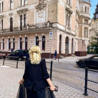 «Иногда яспрашиваю себя, чемпахнет осень? Мойответ — этозапах фейерверка осенних листьев икрасного вина» ©  Доброго утра! ☕️🍁  #YuliyaKozda #ЮліяКозда #lviv #morning #goodmorning #lvivgram #lvivcity #lvivphoto #city #streets #streetstyle #streetphotography #walkingdownthestreet #ootd #style #black #fashion #artchitecture #ukraine #woman #beauty #look #lookoftheday #львів #місто #архітектура #львов #город #лукдня